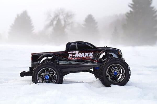 Monster Truck RC Traxxas E-MAX en nieve